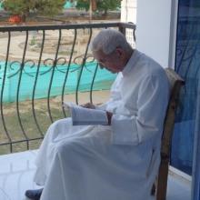 El reverendo padre Gumersindo Domínguez Alonso, leyendo una publicación católica sobre los evangelios.  Por Redacción El Meridiano